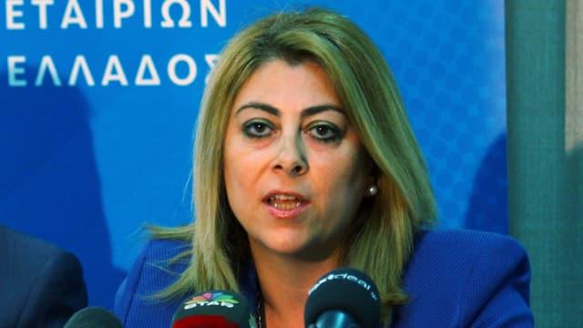 Eine Frau vor Mikrofonen