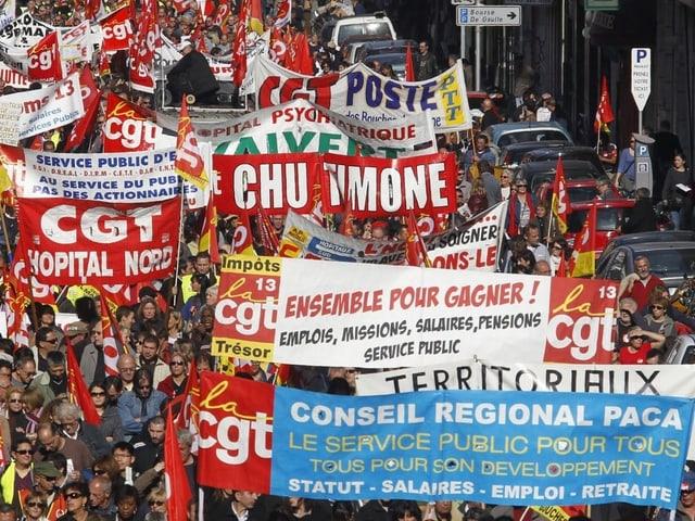 Demonstranten mit Transparenten auf der Strasse.