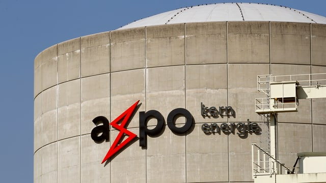 Logo der Axpo auf AKW Beznau.