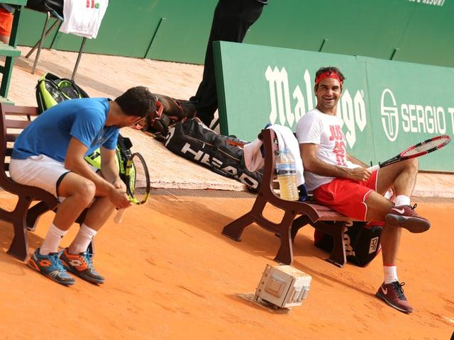 Roger Federer und Marco Cecchinato sitzen gemeinsam auf der Spielerbank.