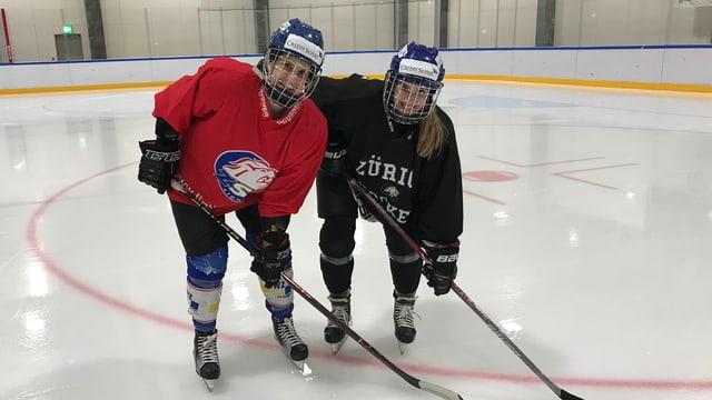 Zwei Frauen in Hockeymontur