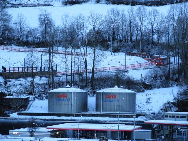 Appenzeller Bahn fährt entlang der Ruckhaldekurve in St. Gallen.