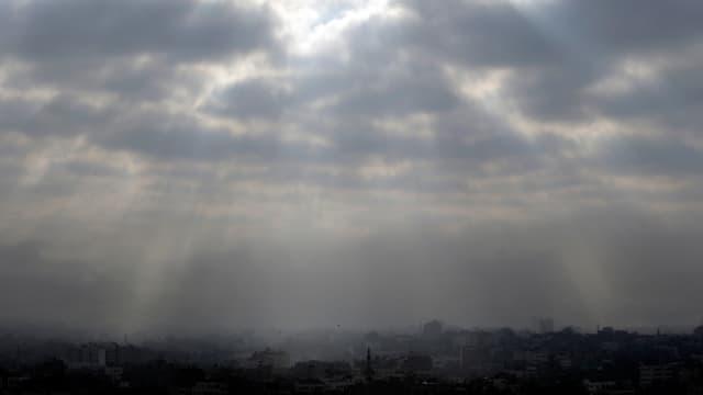 Blick auf den Gazastreifen. Sonne bricht durch die Wolken.