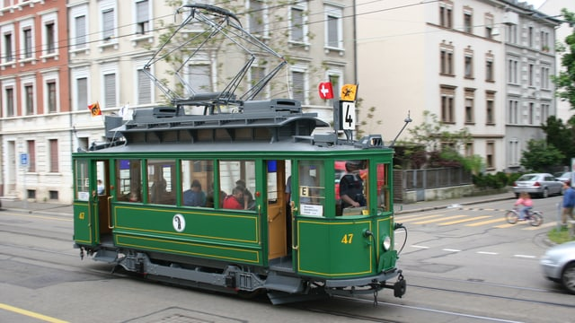 Das Oldtimer Tram «Anggebliemli» fährt durch ein Basler Quartier.
