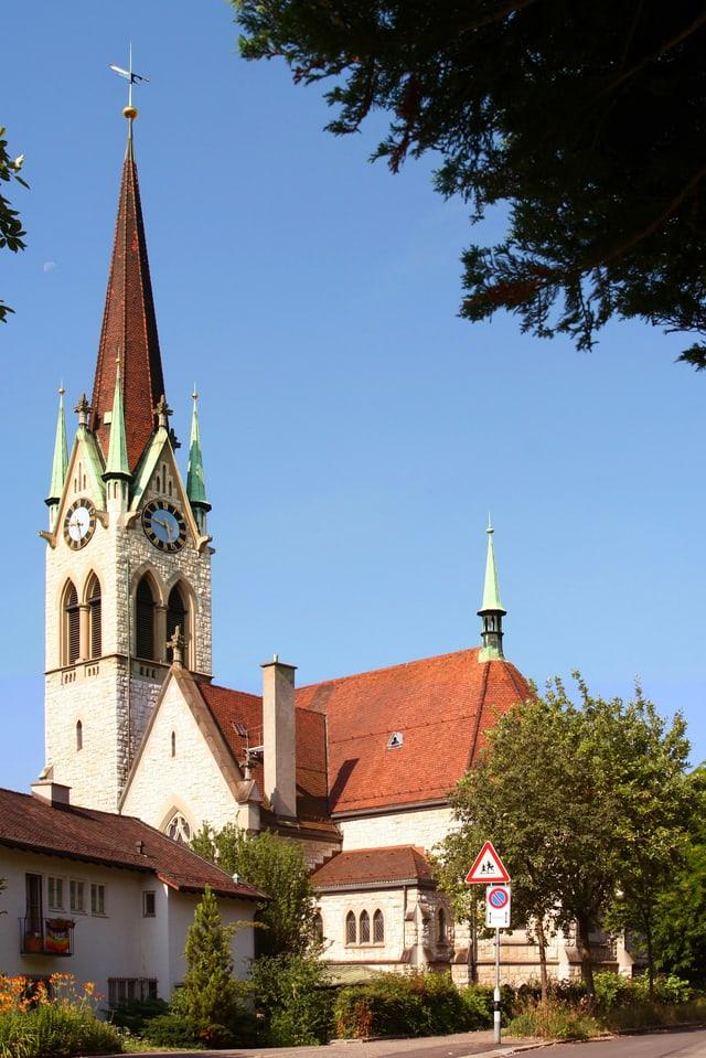 Kirche umgeben von kleineren Bäumen.