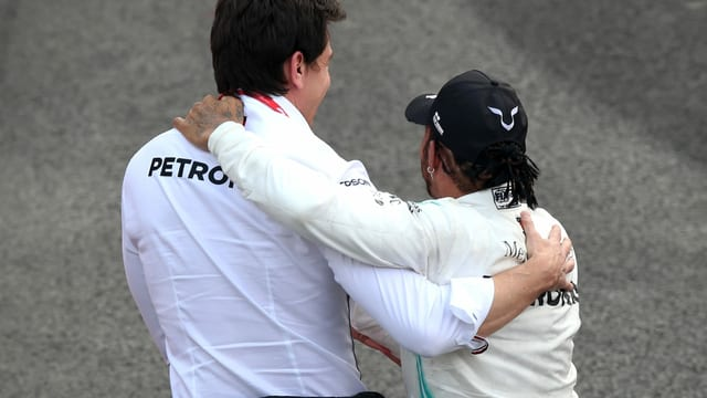 Toto Wolff und Lewis Hamilton umarmen sich.