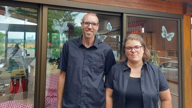 Sandra und Roland Grütter vor ihrem Hofladen im solothurnischen Subingen.