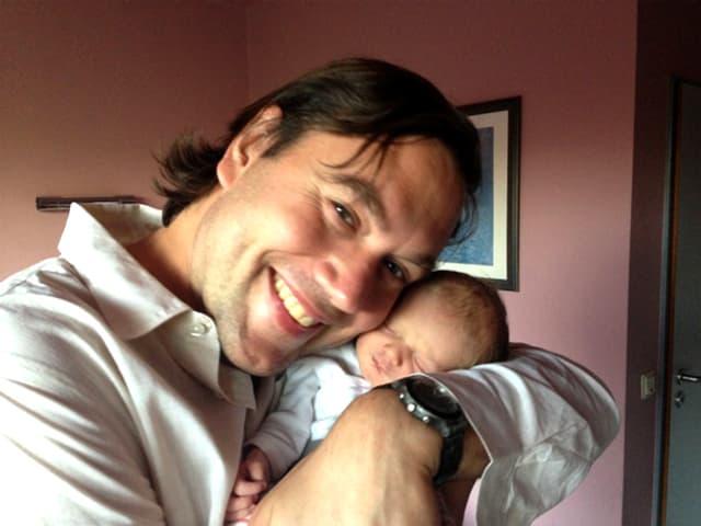 Brinkmann mit Tochter auf Arm.