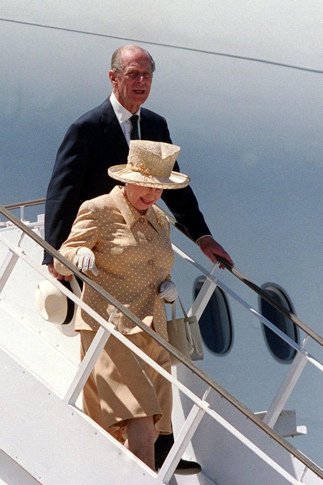Prinz Philip und die Queen steigen aus dem Flugzeug.
