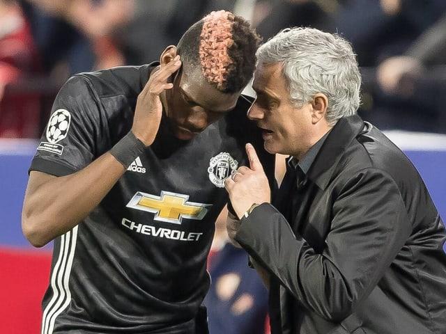 Paul Pogba (links) und José Mourinho im Gespräch