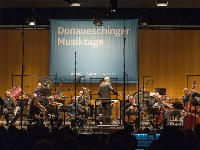 Titus Engel dirigierte in Donaueschingen die Aufführung «Cold cadaver with thirteen scary scars».