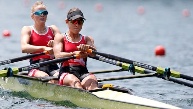 Patricia Merz (vorne) und Frédérique Rol im Ruderboot auf dem Rotsee am Weltcup-Rennen 2015.