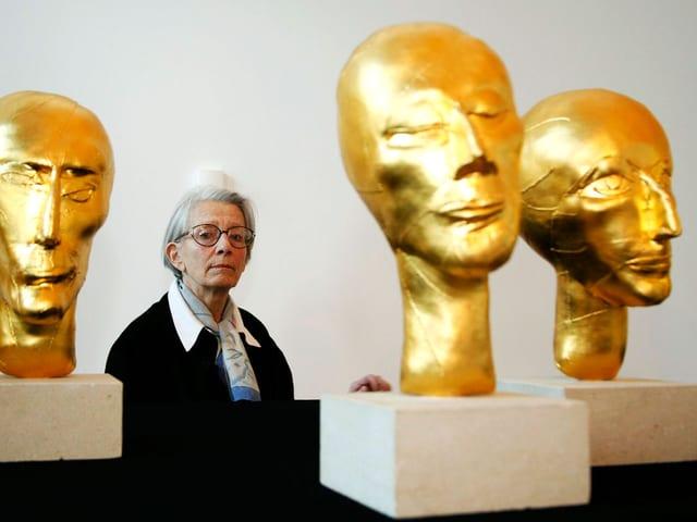 Eva Aeppli mit ihrem Werk «Die Zehn Planeten» (1975/1976), aufgenommen im Museum Tinguely 2006 in Basel.