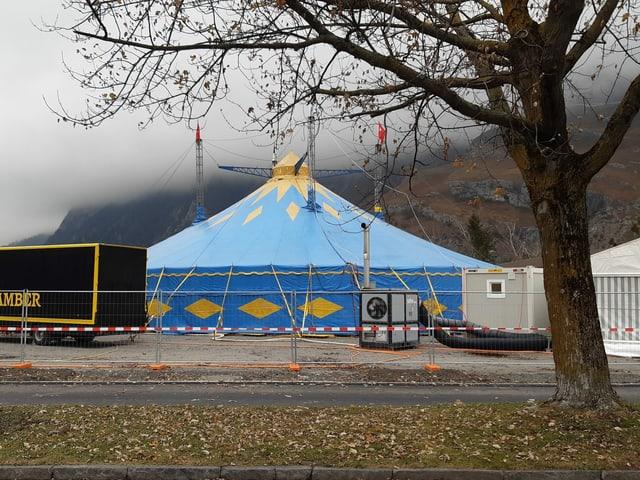 Las passa 40 preschentaziuns han lieu durant las proximas tschintg emnas en questa tenda a Cuira.