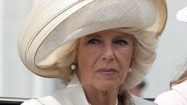 Camilla mit weissem Hut