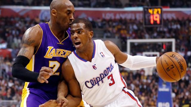 Clippers-Spieler Chris Paul enteilt Lakers-Legende Kobe Bryant.