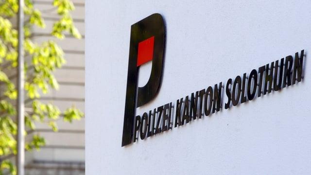 Das Logo der Kantonspolizei an einem Gebäude des Kantons.