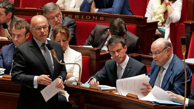 Il minister da l'intern franzos Bernard Cazeneuve en il parlament franzos.