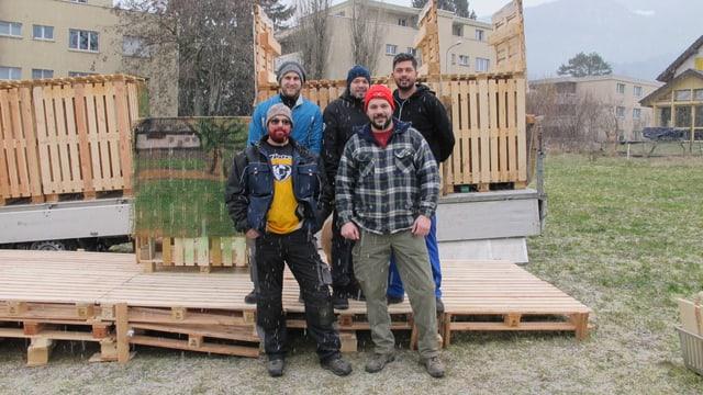 Fünf Böögianer vor dem halb aufgestellten Böög