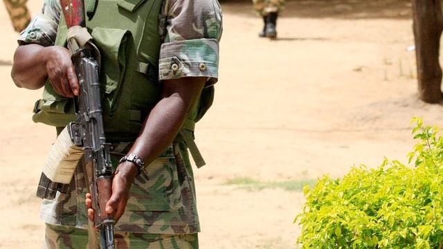 Ein Soldat sichert die Gegend ab, nach einem Angriff von Boko Haram.