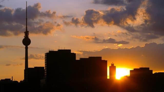 Skyline von Berlin bei Sonnenuntergang.