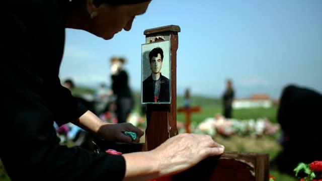 Eine Kosovo-Albanerin trauert um die Opfer des Krieges von 1998/99. (Archivbild)