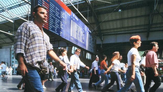 Menschengetümmel am Bahnhof