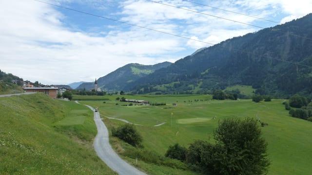 Ina part da la plazza da golf a Sagogn. Davos la baselgia catolica da Sagogn.