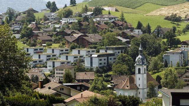 Gemeinde Adligenswil im Kanton Luzern - im Vordergrund die katholische Kirche.