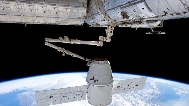Die International Space Station (ISS) mit Blick zur Erde.