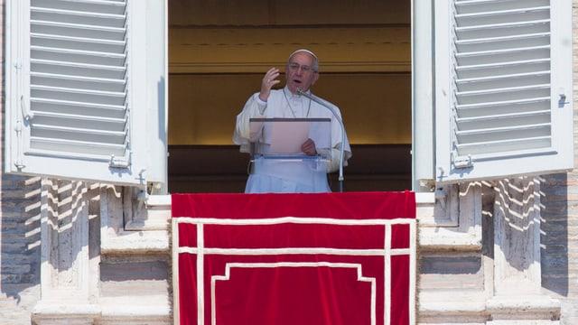 Papa Franzestg stat avant ina fanestra e discura.