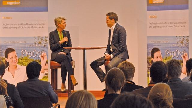 Die St. Galler Ständerätin Karin Keller-Sutter im Gespräch mit dem TV-Moderator Lukas Studer.