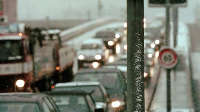 Eine Autokolonne auf der Europabrücke.