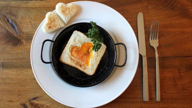 Toast mit Spiegelei in Herzform.