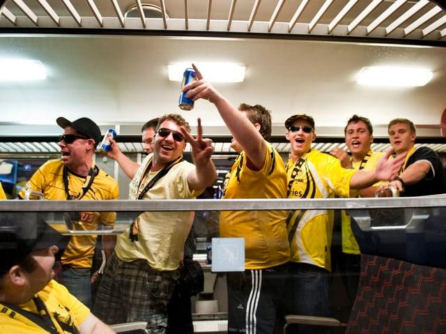 Ein Zug mit feiernden YB-Anhängern, der die Fanarbeit in Obhut hatte, trifft in Bern ein.