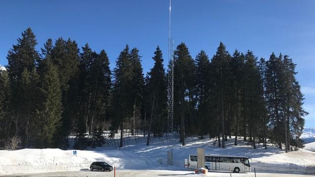Varga 40 meters auta duai vegnir la nova antenna da 5G a l'ur d'in parcada en il vitg da Valbella.