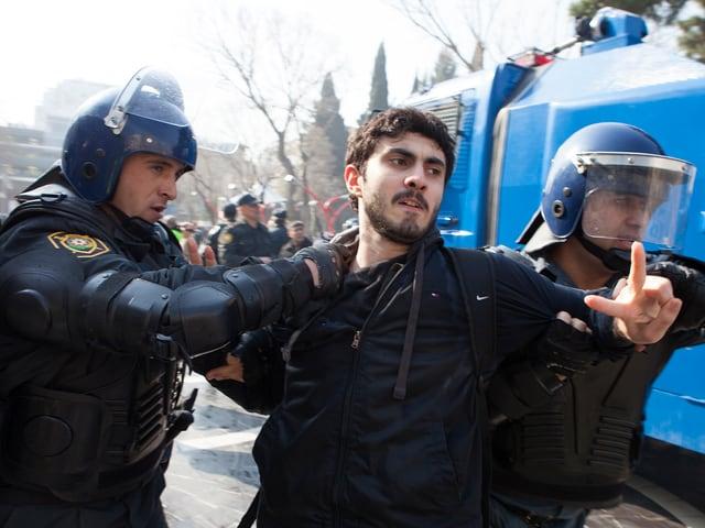 Ein Demonstrant wird bei einem Protest in Aserbaidschan abgeführt.
