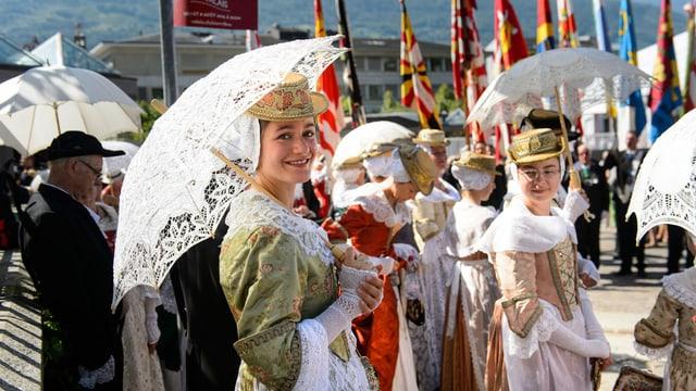 Walliserinen in traditionellen Trachten am Festakt in Sitten.