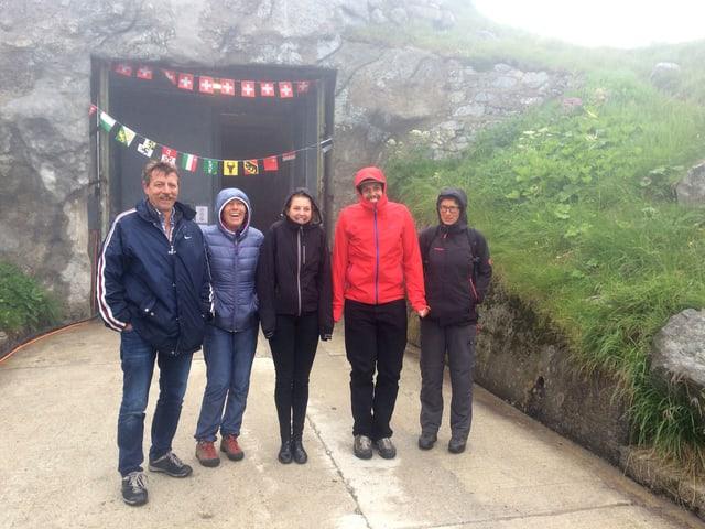 Die fünf Gotthard-Protagonisten posieren im Nebel für ein Gruppenbild.