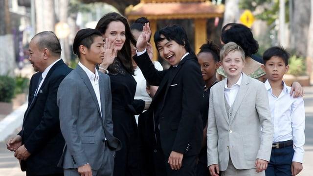 Angelina Jolie und ihre Kinder winken.