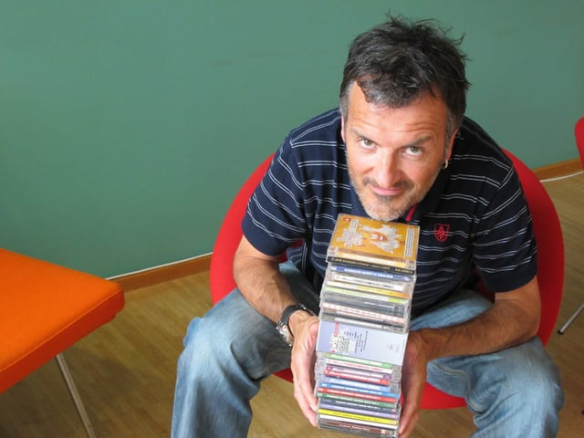 Dano Tamásy mit CDs in den Händen.