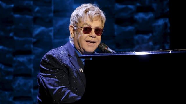 Elton John am Piano, singend.