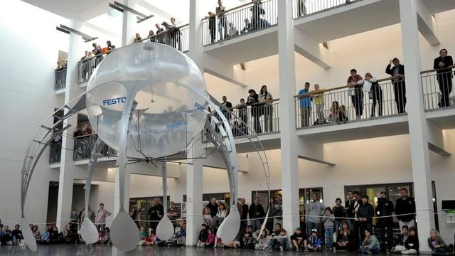 Ein Roboter stellt sich dem kritischen Blick des Publikums an der EPFL in Lausanne.