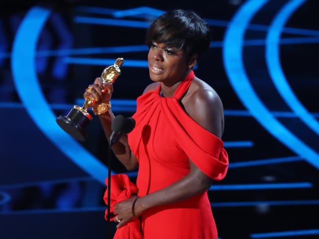 Schauspielerin Viola Davis empfängt den Oscar als beste Nebendarstellerin.