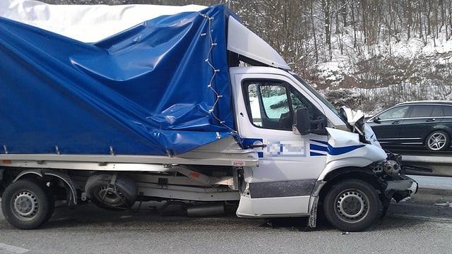 Lieferwagen mit stark eingedrückter Motorhaube.