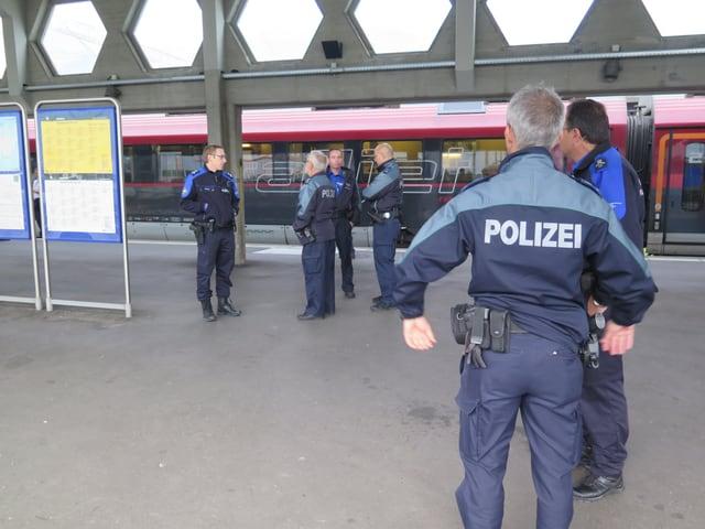 Polizisten und Grenzwächter am Bahnhof Buchs.