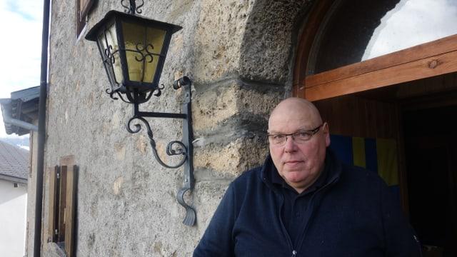 Alois Schnyder (60) ch'è creschì si a Basilea, viva gia dapi 30 onns en la tur da Stierva.