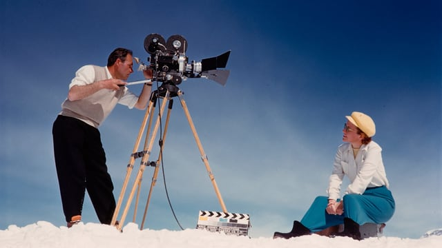 ein Mann hinter der Kamera, der eine Frau filmt