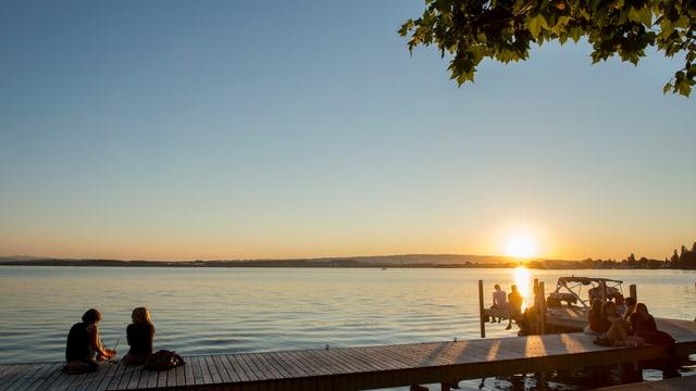 Steg am See bei Sonnenuntergang.