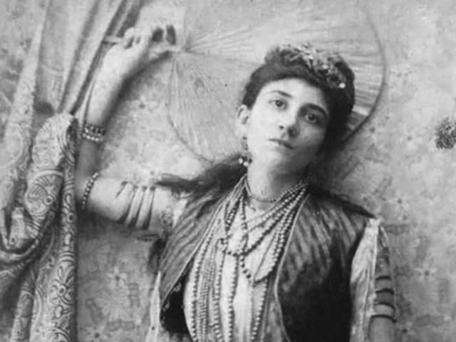Portrait von Rachel Beer in indischem Gewand mit Perlen und Fächer